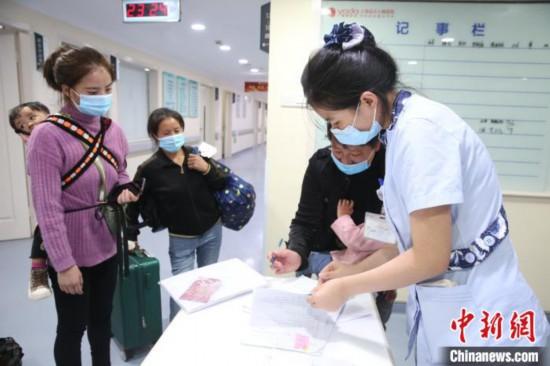 """接受貴州六盤水市健康扶貧""""幸福心動""""——兒童先天性心臟病救治行動的首批先心病患兒入院。 徐蘭青 攝"""