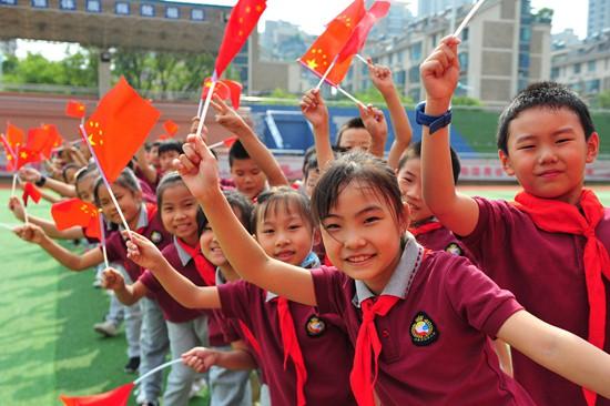 近千名师生用传递巨幅国旗、介绍祖国文化等方式为祖国母亲送上深情表白