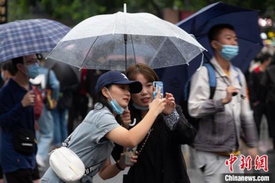 国庆假期游客冒雨畅游南京夫子庙