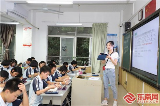 福州第三十二中余慧老师在智慧课堂上利用平板教学 东南网记者张立庆摄.jpg