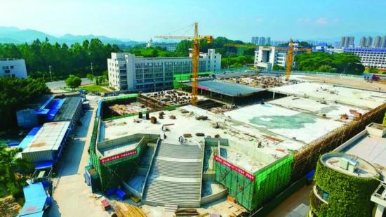 市服务中心停车库建设现场。惠州日报记者刘豪伟 摄