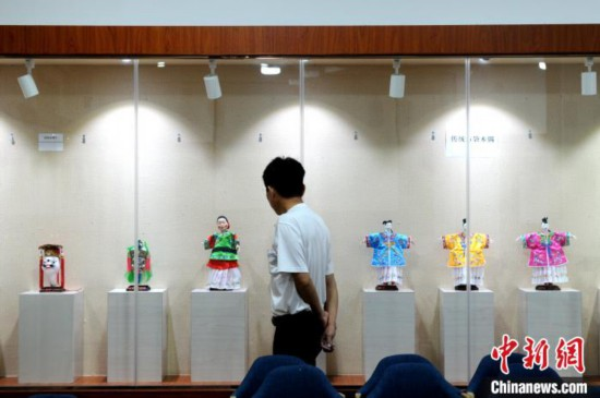 市民参观杨亚州展出的木偶作品。 张金川 摄