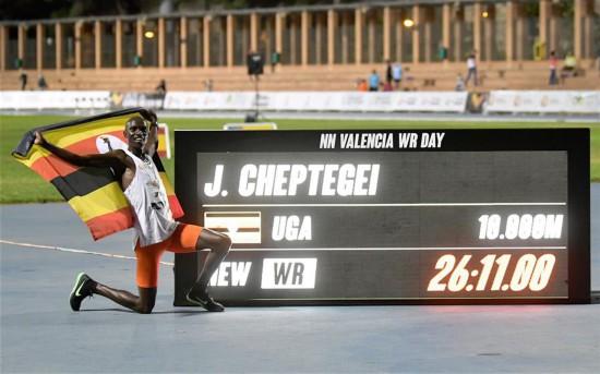 (体育)(1)田径――切普特盖突破须眉10000米天下记载
