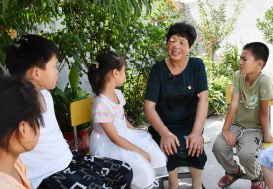 张奇芬正在与儿童交流谈心