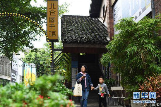 (社会)(1)重庆江北:文创街区假期受青睐