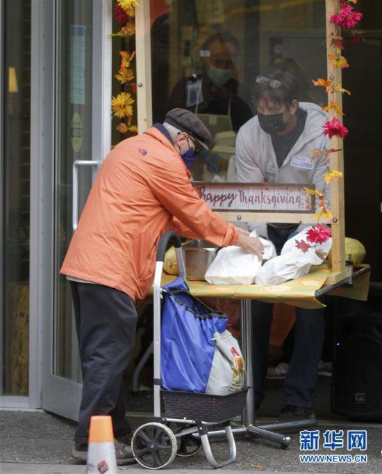 """(国际)(1)温哥华:疫情中的感恩节大餐活动以""""外卖""""方式举行"""