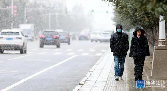10月11日、雪が舞う漠河市の街中を歩く市民(撮影・王景陽)。