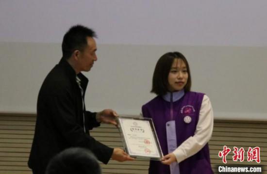 南京利済巷慰安所旧跡陳列館で「感謝状」を受け取る韓国人ボランティア・姜哈娜さん(画像は紀念館が提供)。