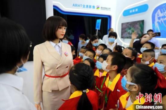 AI教育机器人亮相数字中国峰会专家指互联网+课堂将是教育新常态