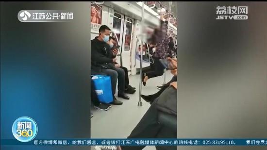 女子在南京地铁车厢摘下口罩啃饼、跳操 市民愤怒拍下视频