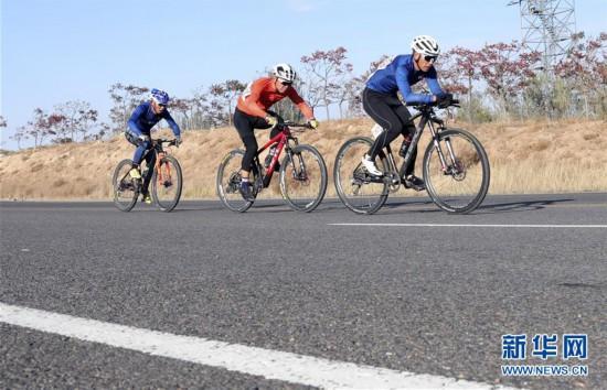 (体育)(1)自行车――环乌梁素海自行车赛开赛