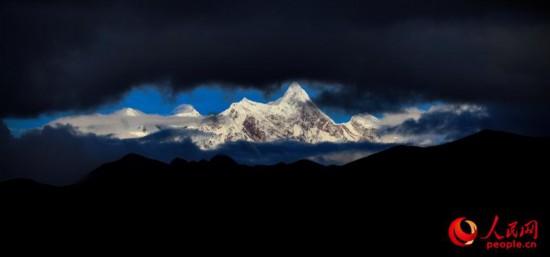 南迦巴瓦峰远眺。次仁罗布 摄