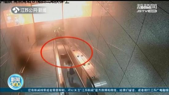 南京:女子扶梯上撩了撩頭發 行李箱滑落砸向一家三口