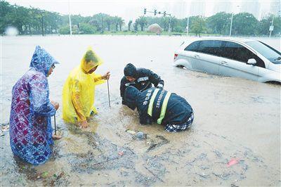 三亚市政维护应急中心工人清理下水道口