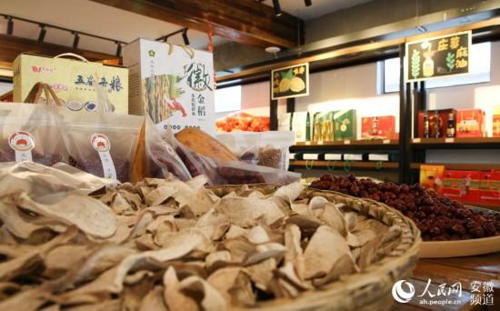 马郢小卖部的农产品。人民网 王锐摄
