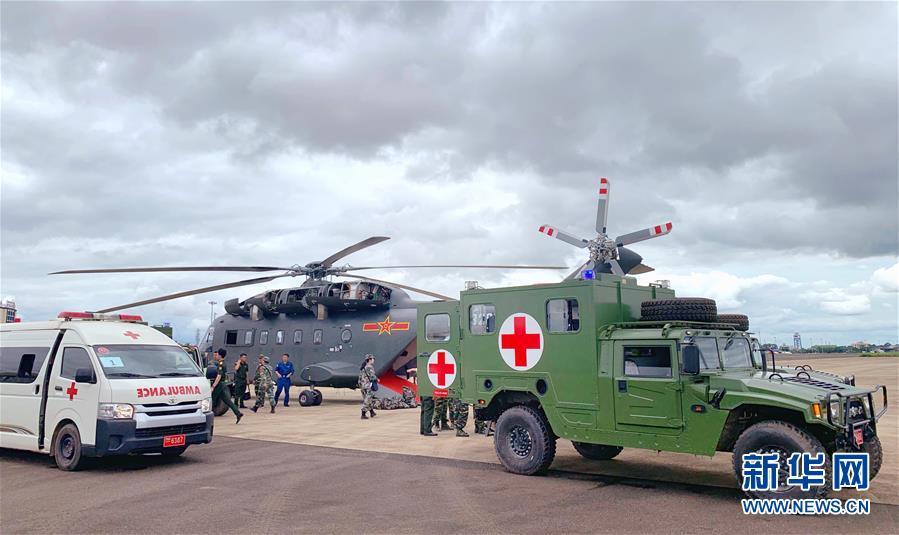 (国际)(1)我军新型加改装救护直升机多次成功转运老挝车祸受伤同胞