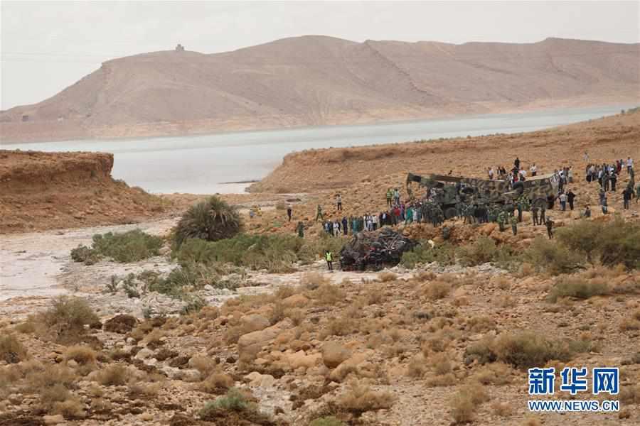 (国际)(3)摩洛哥一客车被洪水冲走 至少17人死亡
