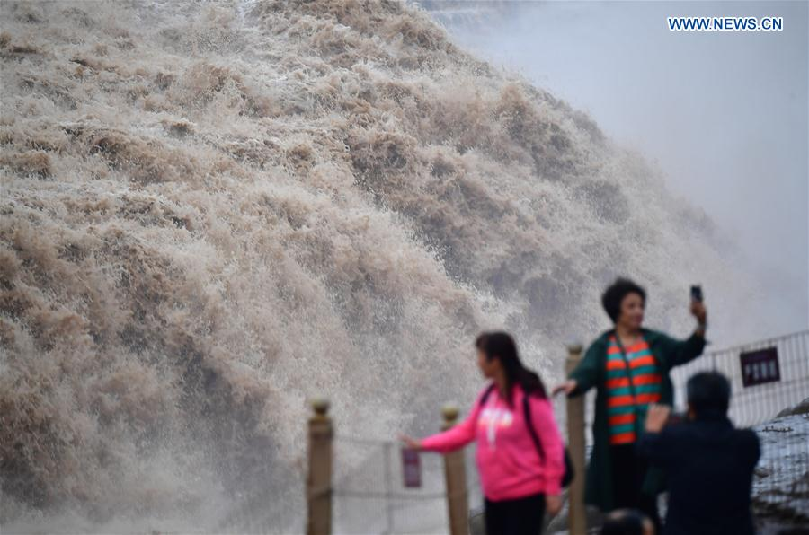 Hukou Waterfall of Yellow River draws visitors