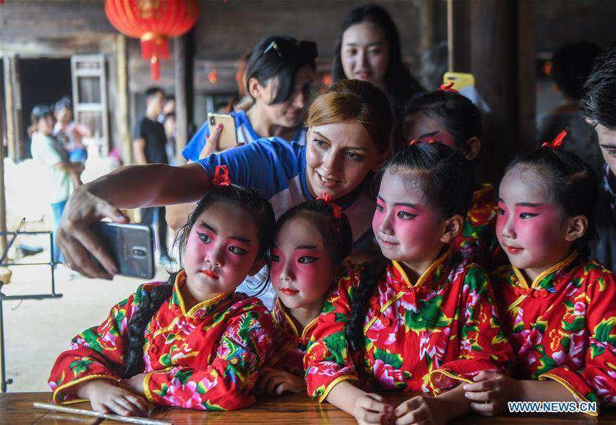 Foreigners learn tradition of upcoming Mid-Autumn Festival