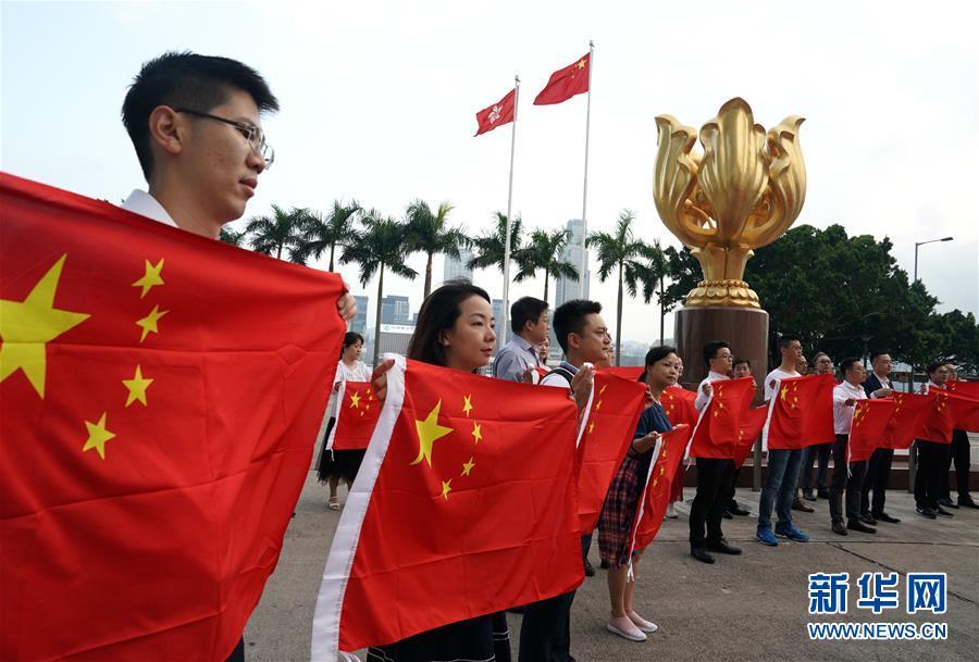 (图文互动)(1)特写:金紫荆广场的70面国旗