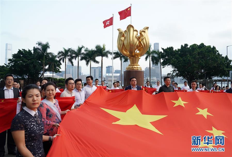 (图文互动)(3)特写:金紫荆广场的70面国旗