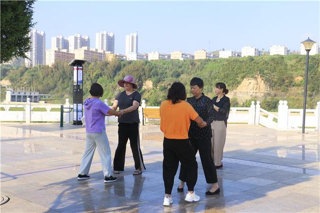 诸多广场的建成,成为市民休闲娱乐好去处 刘宇歌摄