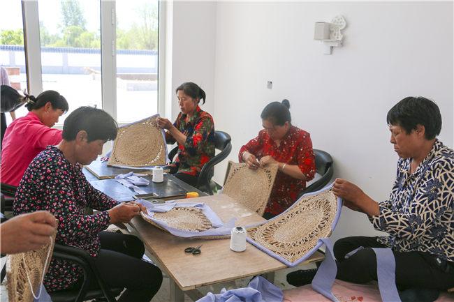 精准扶贫中,传统手工编织手艺成了村民致富好路子 刘宇歌摄