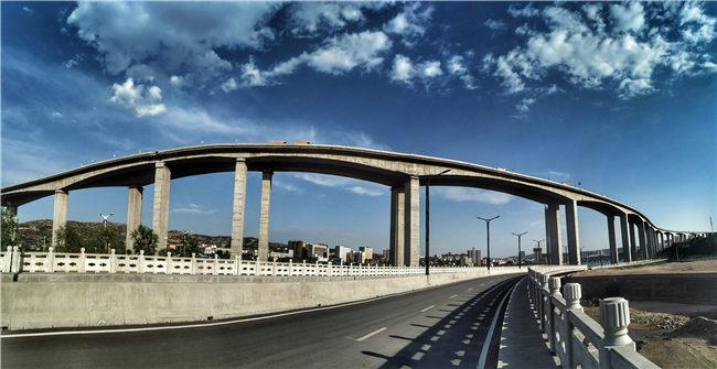 神木新建的滨河西路,如今在神木,交通实现外联内达 崔亚军摄