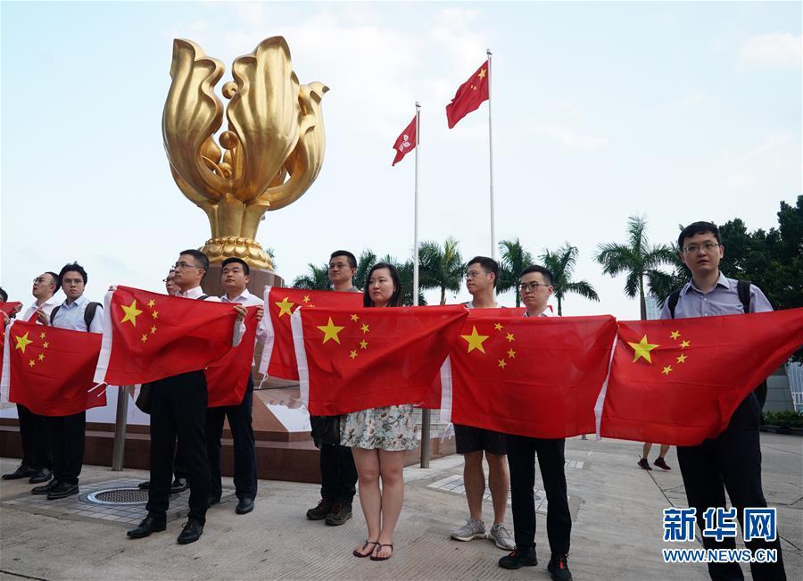 (图文互动)(2)特写:金紫荆广场的70面国旗