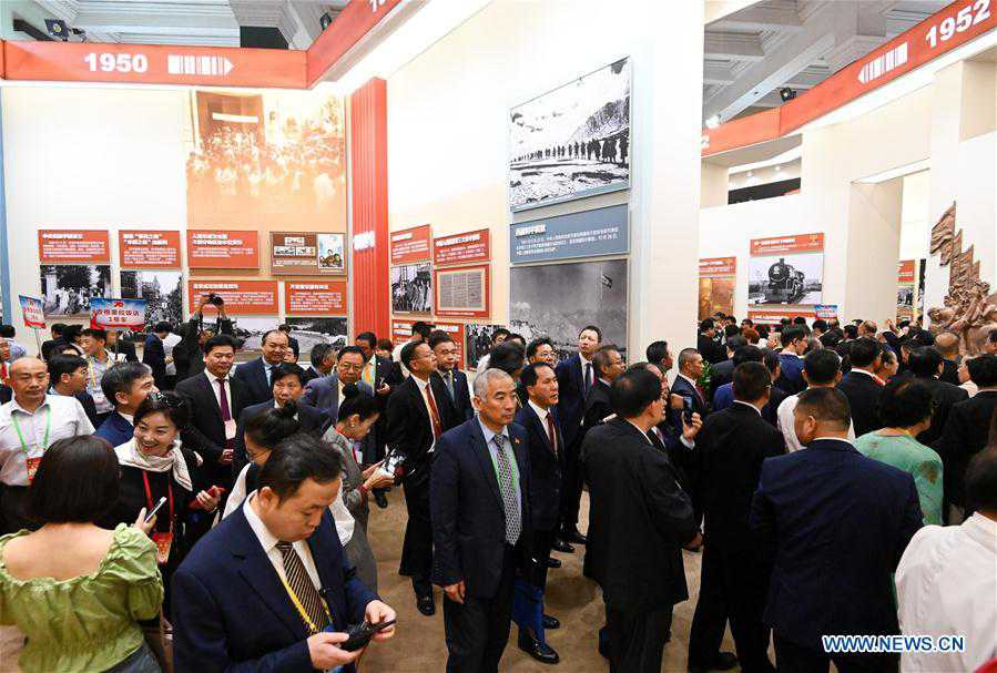 Oversea Chinese visit grand exhibition of achievements in commemoration of 70th anniversary of PRC founding