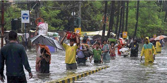 印度暴雨致80余人死亡医院被淹病房进水变小河