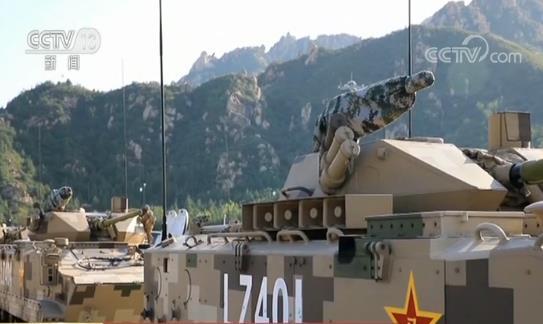 战旗背后的故事|一面布满381个弹孔的战旗伴随着官兵和战车通过