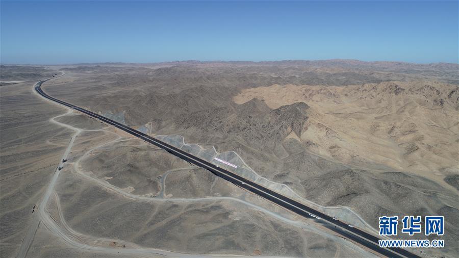 """(圖文互動)(1)世界最長沙漠戈壁高速公路""""最后一公裡""""取得重要進展"""