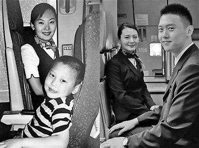 儿时与空姐合影 15年后两人成师徒