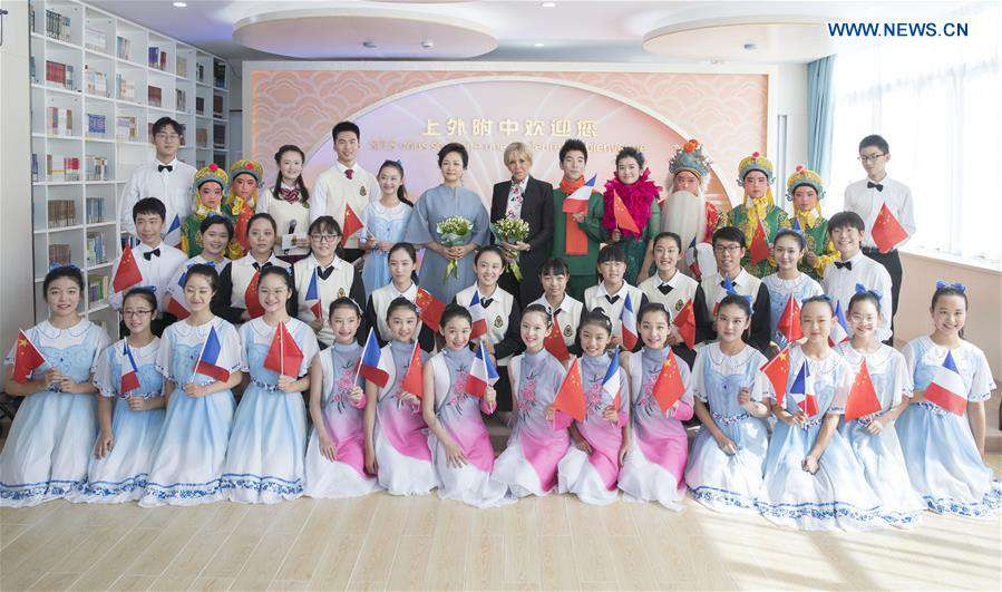 (CIIE)CHINA-SHANGHAI-PENG LIYUAN-FRENCH FIRST LADY-MIDDLE SCHOOL-VISIT (CN)