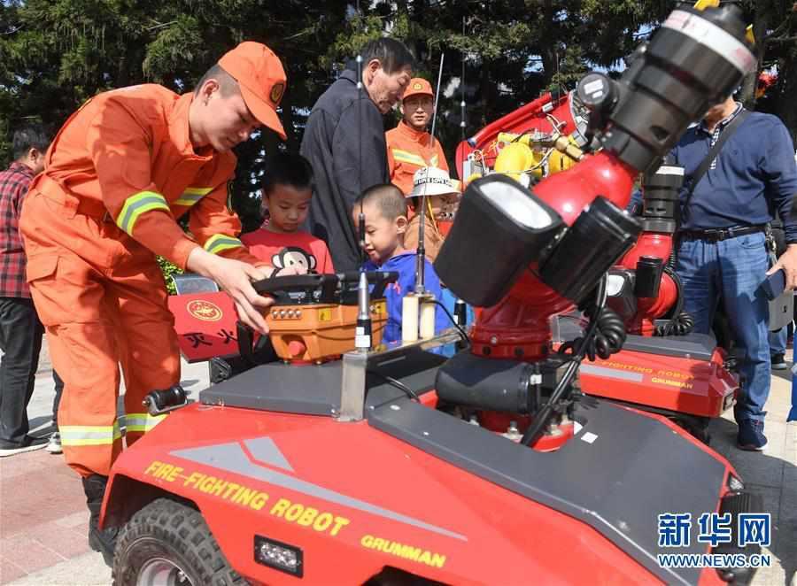 福建福州:消防宣传日里的趣味互