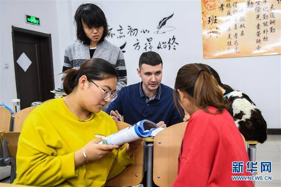 """(社会)(1)""""90后""""俄罗斯小伙在中国当教师"""