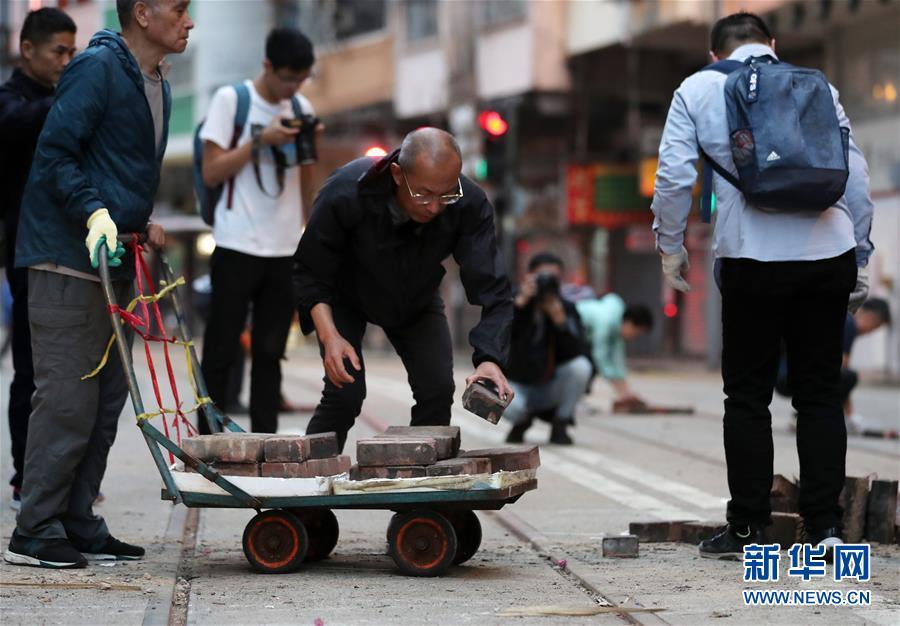 """""""无惧暴力威胁,携手恢复秩序""""——香港市民清晨自发清理路障"""