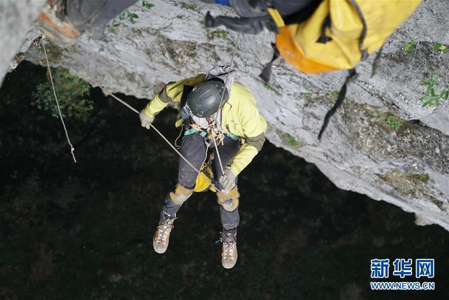 (科技)(3)跨国探险队在广西东兰发现大型天坑