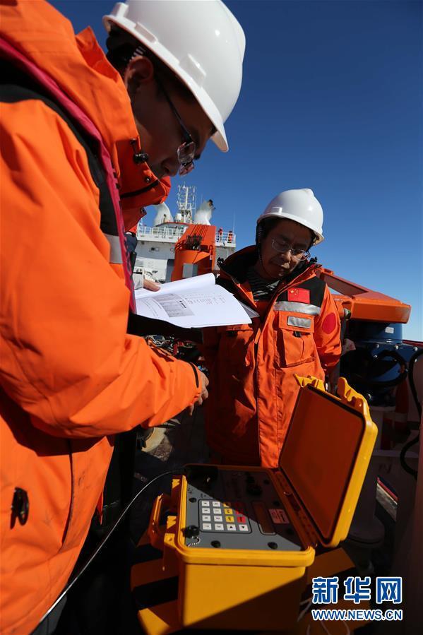 """(""""雪龙""""探南极・图文互动)(1)""""雪龙2""""号首次回收和布放南极考察潜标"""