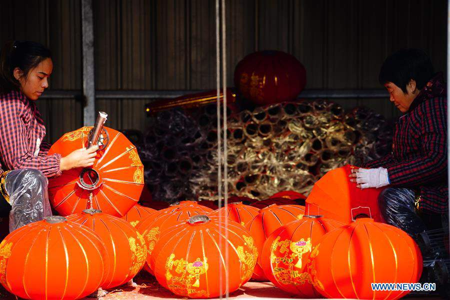 People make red lanterns to meet market demand in China's Hebei