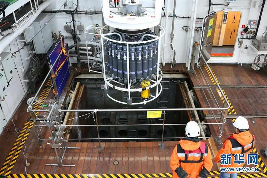 """(""""雪龙""""探南极・图文互动)(3)中国南大洋水体环境调查再次启用新设备"""