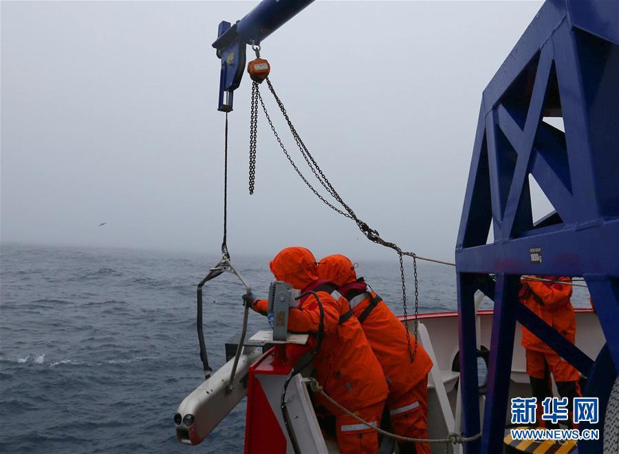 """(""""雪龙""""探南极・图文互动)(2)中国南大洋水体环境调查再次启用新设备"""
