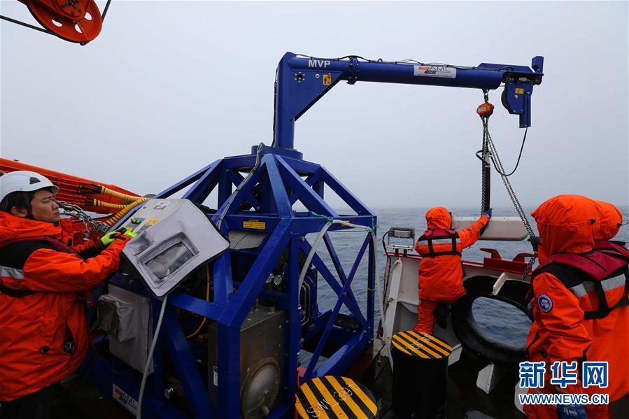 """(""""雪龙""""探南极・图文互动)(1)中国南大洋水体环境调查再次启用新设备"""