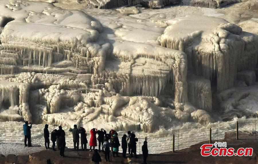 'Ice waterfall jade pot' forms in Hukou Waterfall