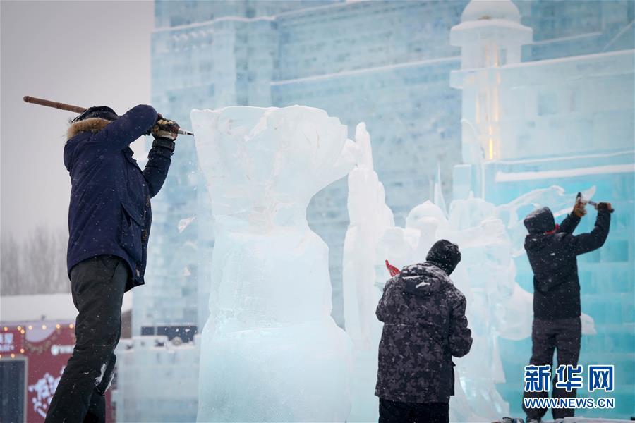 (社会)(1)世界冰雕能手尽展酷寒之美