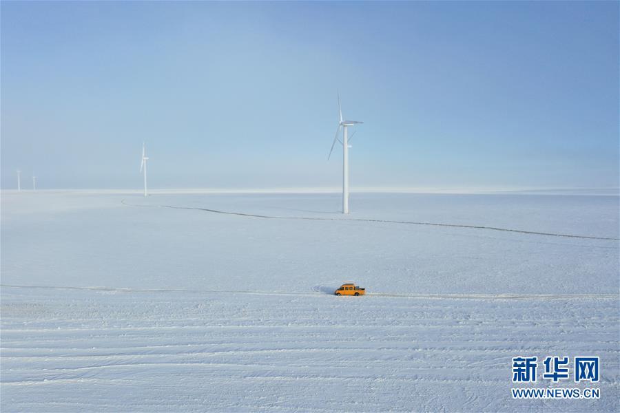 (社会)(1)雪原上的铁路检修员