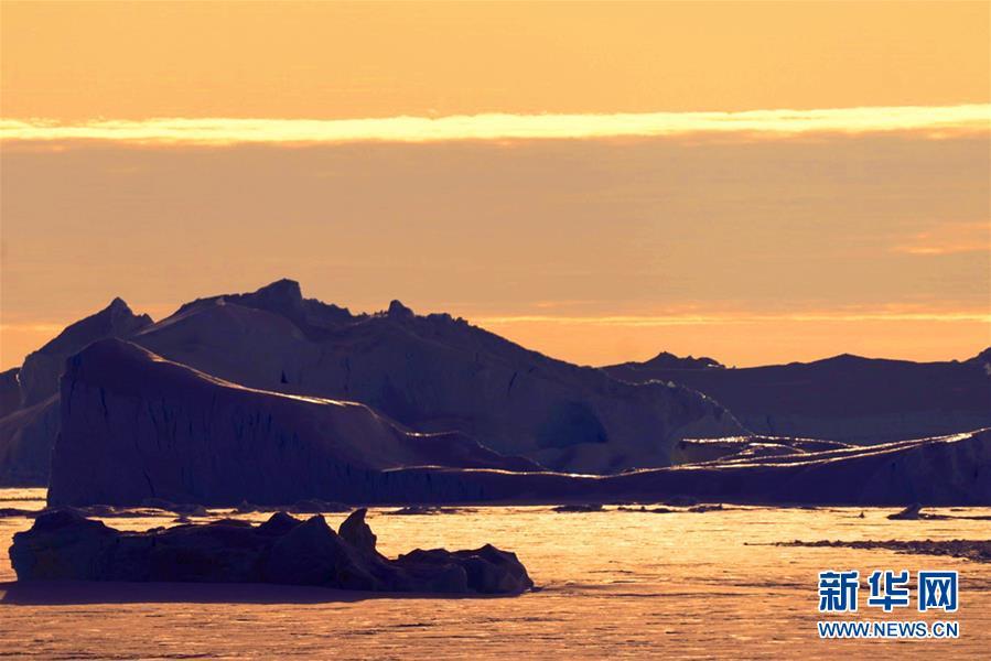 """(""""雪龙""""探南极)(1)美丽的南极午夜冰山"""