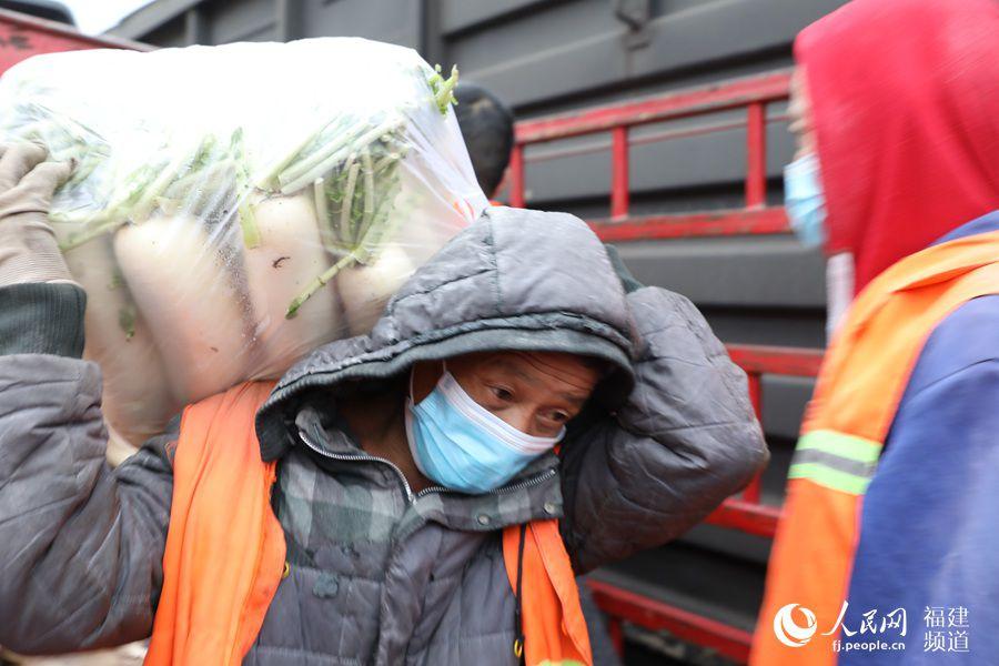 援鄂!南鐵蓮塘站貨場80噸蘿卜開始裝車啟運