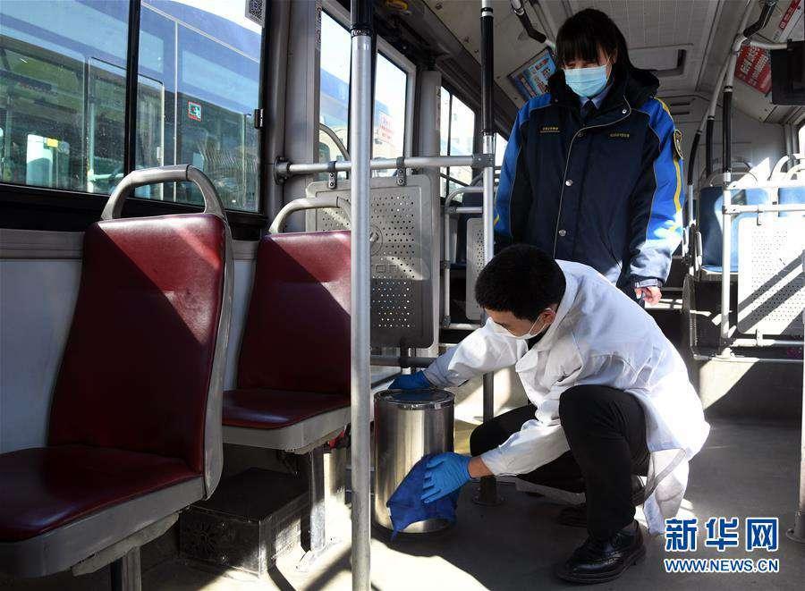 (社会)(8)北京:公交三口之家坚守岗位保障市民出行